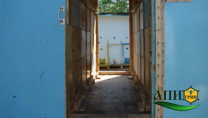 Внутри павильона для содержания пчел, июнь, семьи занимают по 3 корпуса