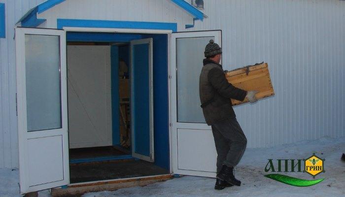 Выставка пчел, вынос семей из зимовника в павильоны.